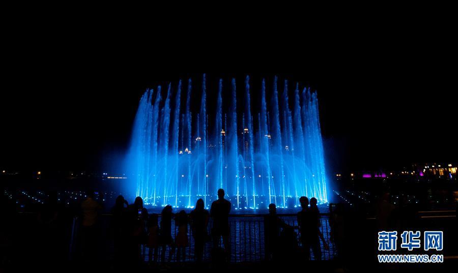 新华网 | 迪拜棕榈岛音乐喷泉表演季开始